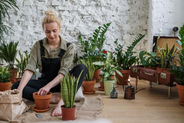Mujer cuidando plantas lista de hobbies