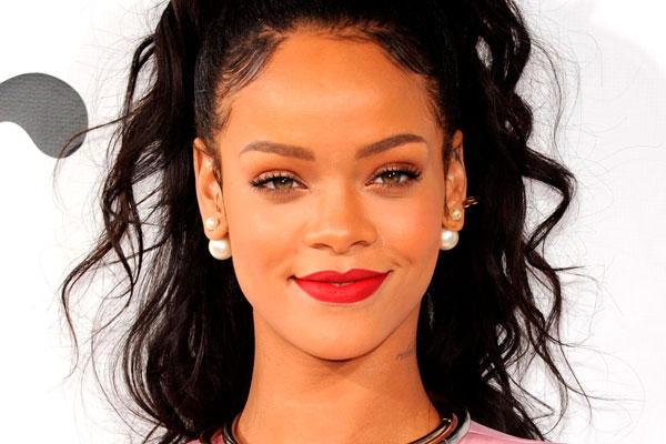 Rihanna con su maquillaje universal
