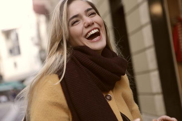 Mujer sonriendo lista de hobbies