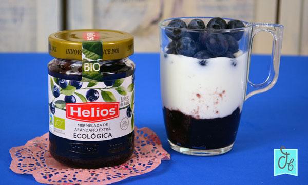 Receta de Yogur Sin Yogurtera en Casa con Mermelada de Arándanos Bio de Helios