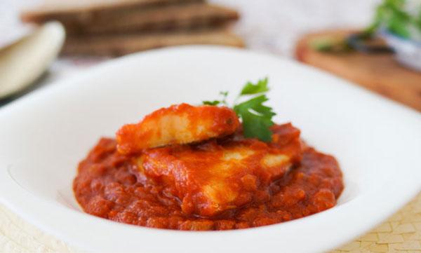 bacalao guiso con salsa de tomate