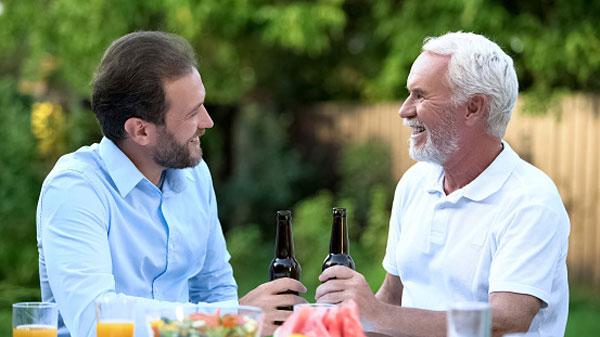 padre e hijo bebiendo cerveza hecha día del padre