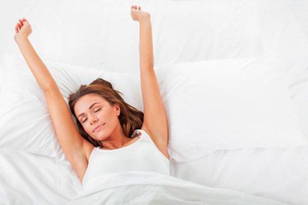 mujer despertando cambio de hora