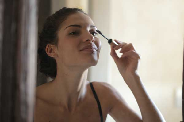 Trucos de maquillaje que rejuvenecerán tu rostro