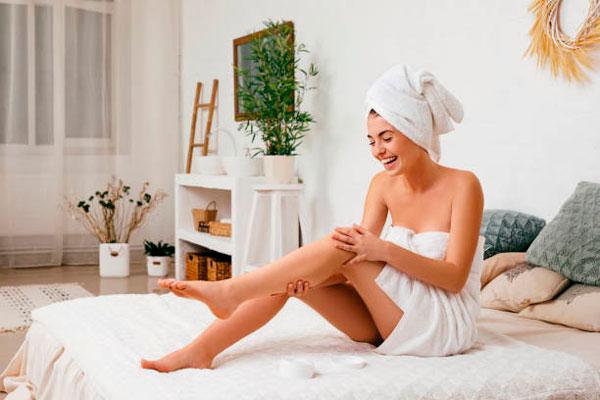 Mujer cuidándose la piel Consejos para una operación bikini