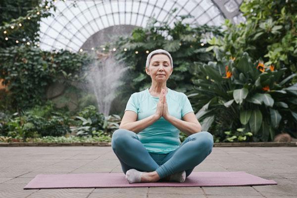 Mujer haciendo yoga Consejos para una operación bikini