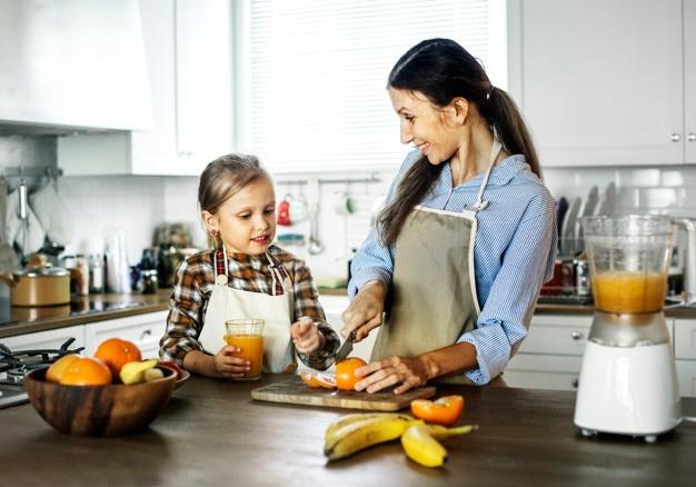 Madre e hija cocinando juntas Ideas de regalos para hacer el Día de la Madre