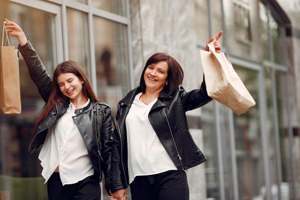 Mare e hija pasando un día juntas Ideas de regalos para hacer el Día de la Madre