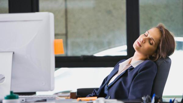 Mujer durmiendo la siesta Trucos para dormir bien