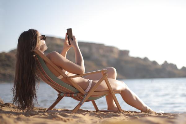 Mujer tomando el sol Cómo ponerte morena