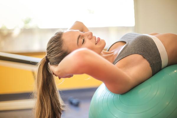 Mujer haciendo deporte Trucos para dormir bien