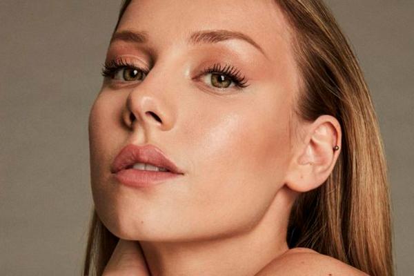 Trucos de maquillaje para conseguir una piel luminosa y veraniega