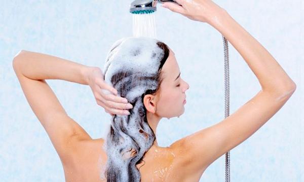 Aclara tu pelo con agua fría Claves para cuidar tu cabello