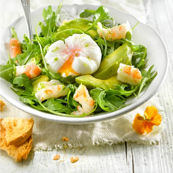 Ensalada de langostinos y huevo poché Ensaladas de verano