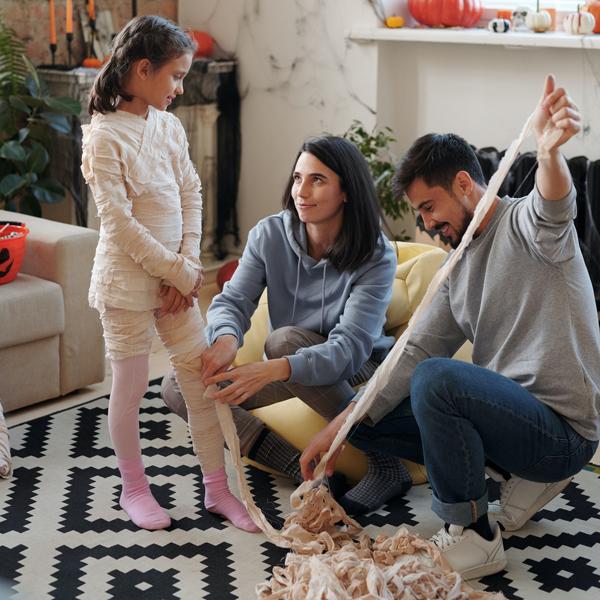 Familia haciendo disfraces
