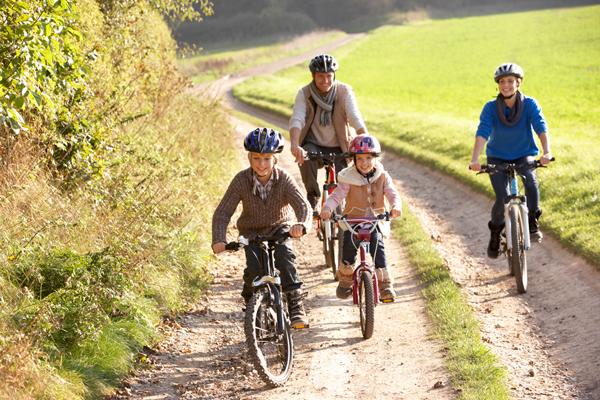 Familia motando en bici Planes divertidos para hacer con niños