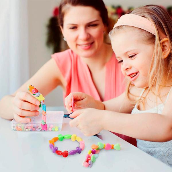 Madre e hija haciendo pulseras