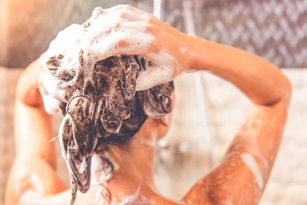 Lava el pelo con un champú especial