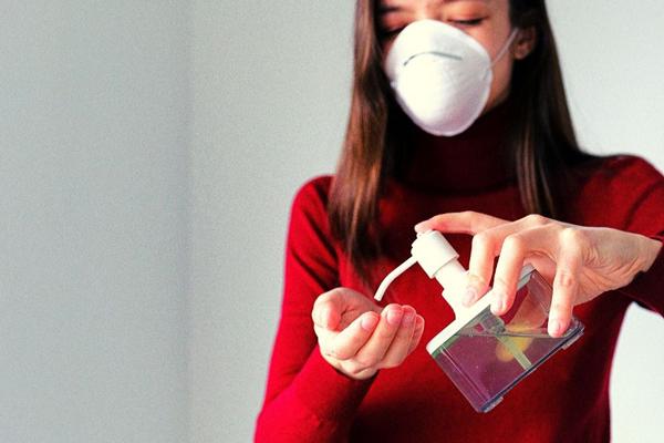 Mujer con gel hidroalcohólico Cómo diferenciar los geles hidroalcohólicos