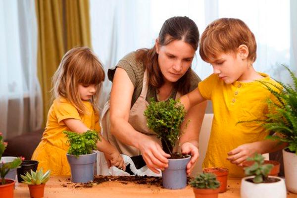 Madre e hijos plantando un huerto Planes divertidos para hacer con niños