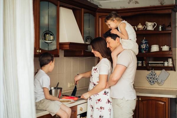 Familia preparando la cena Planes divertidos para hacer con niños