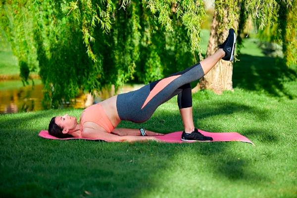 Puente con una pierna Los ejercicios de Elsa Pataky