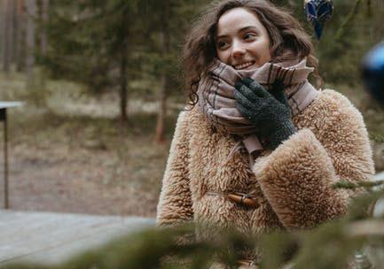 mujer con guantes en invierno