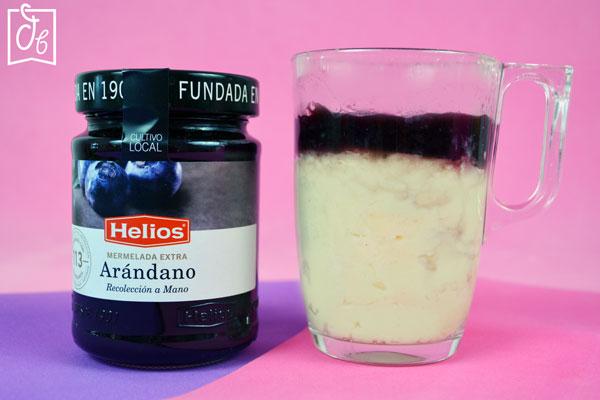Mug cake de Tarta de Queso con Mermelada de Arándano